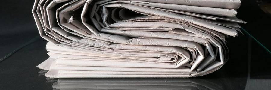 Ein Zeitungsstapel symbolisiert die Presse- und Öffentlichkeitsarbeit [(c): Demokratie leben!]