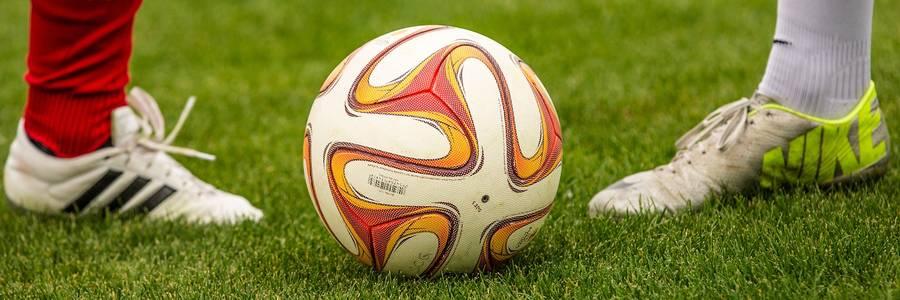 Zwei Fußballspieler stehen sich an einem Ball gegenüber [(c): Daniel Junker]