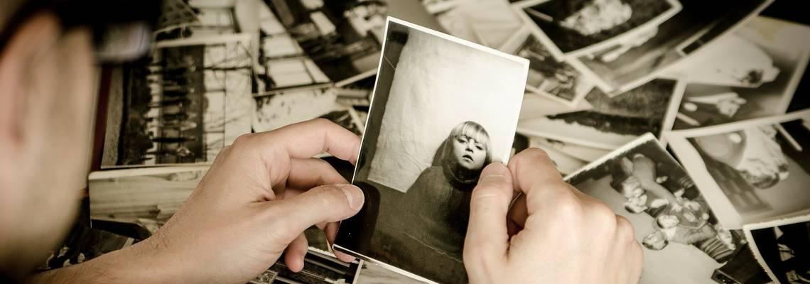 Ein Mann schaut sich alte Fotos an