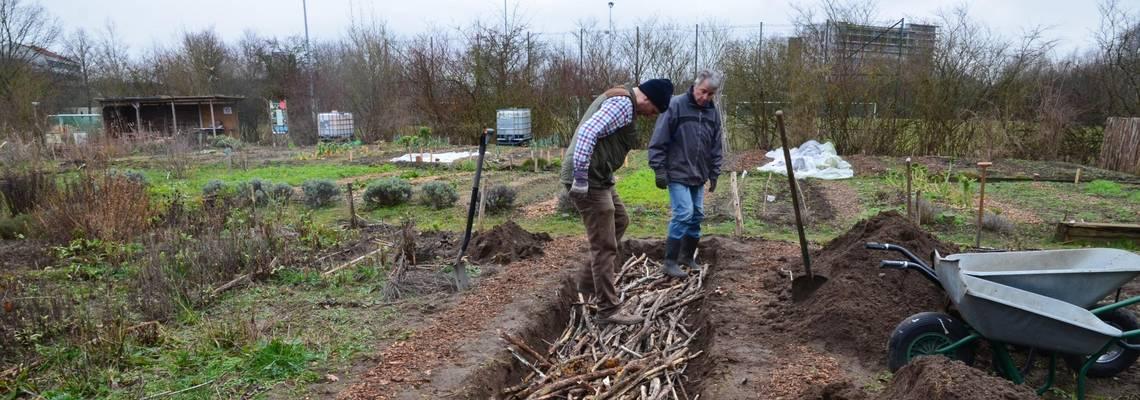 Zwei Männer arbeiten im Mitmachgarten am Park der Sinne