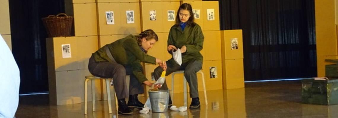 """Im Rahmen eines interaktiven Theaterstücks haben sich sich Schülerinnen und Schüler des 8. Jahrgangs des Erich-Kästner-Gymnasiums im Projekt """"Das Mädchen Anne"""" mit den verschiedenen Weltreligionen beschäftigt."""