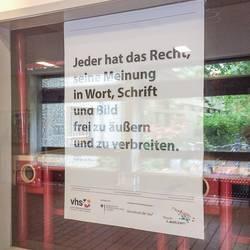 Plakataktion Grundgesetz - Die Plakate hängen in der Albert-Einstein-Schule aus