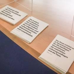 Plakat- und Postkartenaktion Grundgesetz - Die Postkarten liegen an der Information im Laatzener Rathaus zum Mitnehmen bereit