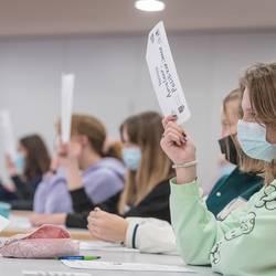 Schülerinnen und Schüler der Albert-Einstein-Schule stimmen bei der fiktiven Ratssitzung im Projekt Pimp your Town über Anträge ab.