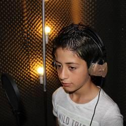 Ein Schüler der Sprachlernklasse der Albert-Einstein-Schule singt im Tonstudio den Text für den Song ein.