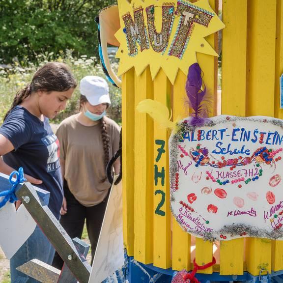 Schülerinnen und Schüler der Albert-Einstein-Schule bauen einen mobilen Wertebaum im Mitmachgarten in Laatzen.