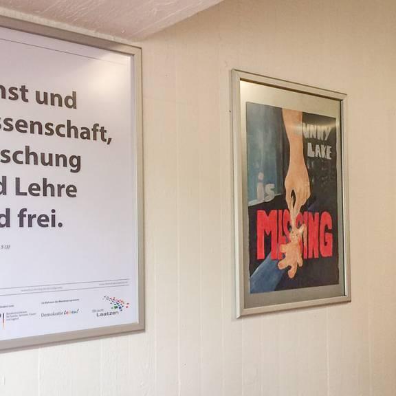 Plakataktion Grundgesetz - Die Plakate hängen in der Albert-Einstein-Schule aus (© Daniel Junker)