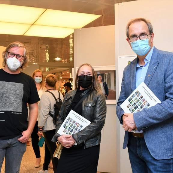 """Eröffnung der Ausstellung """"Nachbarschaft leben - aktiv helfen /// Ehrenamt im Fokus"""" im Leine-Center"""