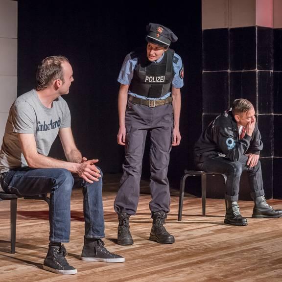 """Im Rahmen des Demokratie-leben!-Projektes """"Nichts außer Wut"""" führt das Theater Scheselong das Stück """"Hallo Nazi"""" für die Klassen der Erich-Kästner-Oberschule auf."""
