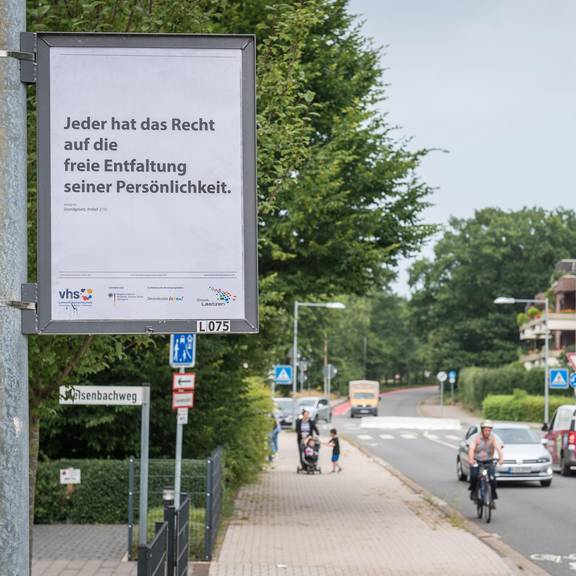 Die Plakate mit Artikeln aus dem Grundgesetz hängen öffentlich sichtbar in den Plakatrahmen an den Straßen in allen Laatzener Ortsteilen.